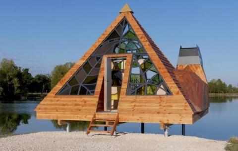 Ngôi nhà có cấu trúc kim tự tháp quái lạ nằm trên sông
