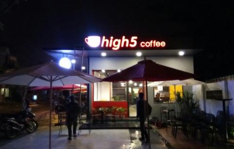 2/ High 5 Coffee/ Thiết kế và thi công lắp đặt hộp đèn quảng cáo mặt tiền